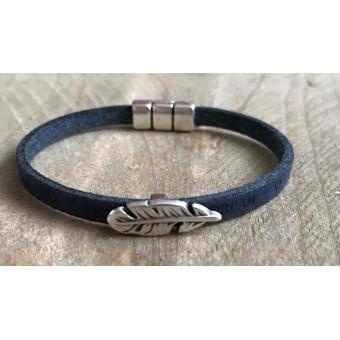 Leren tekst armbandje met veer donkerblauw.