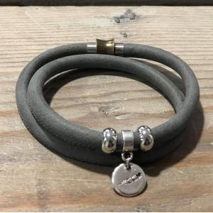 Armbandje dubbel met magneetsluiting grijs.