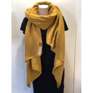 Warme sjaal met schuine punten okergeel.