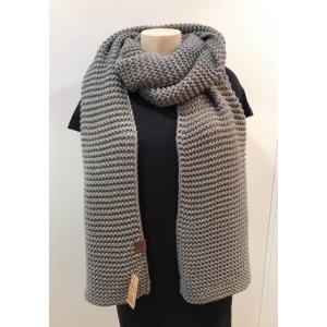 Knitten sjaal grijs.