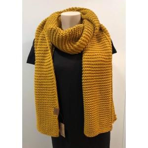 Knitten sjaal okergeel.