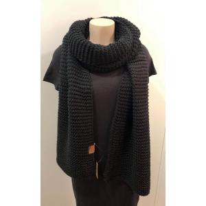 Knitten sjaal zwart.
