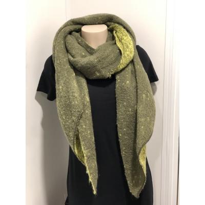 Warme sjaal met punt 2 kleuren groen.