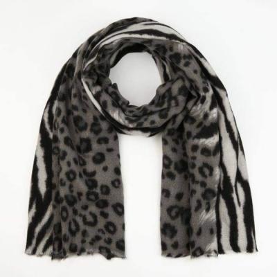 Sjaal dierenprint grijs.