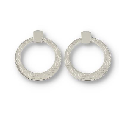 Zilveren cirkel oorbel met mooie gravering.