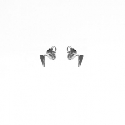 Karma studs long triangle zilver.